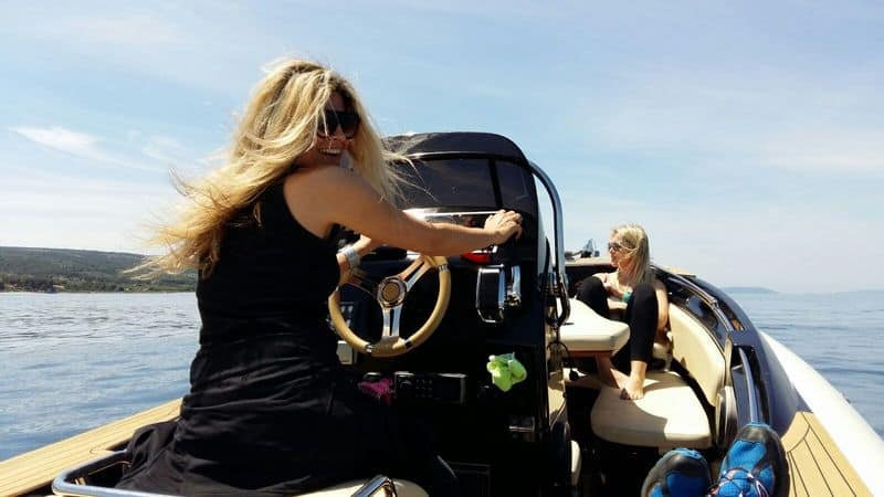 Private rent of the boat with lady to drive